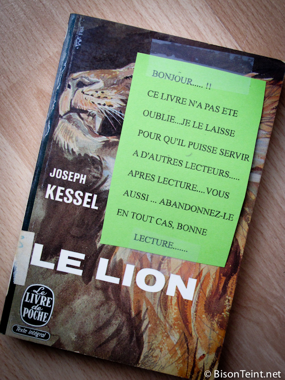 Bonjour.... !! Ce livre n'a pas été oublié.... Je le laisse pour qu'il puisse servir à d'autres lecteurs.... Après lecture.... vous aussi..... abandonnez-le. En tout cas, bonne lecture....